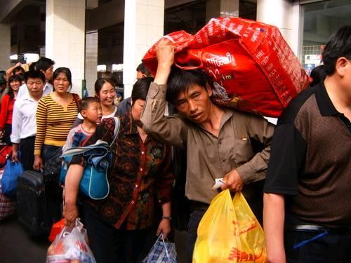 全球金融危机波及中国,民工无奈返乡.